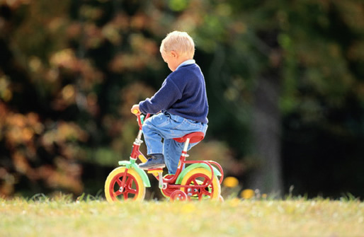 Photo little boy riding bike